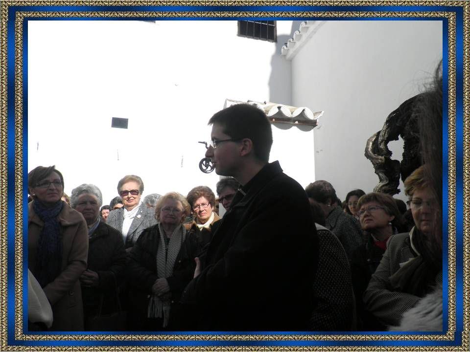 Don Carlos Gallardo, Vicerrector de la Basílica, nos siguió explicando su vida en el patio de la casa.