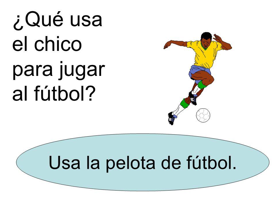 ¿Qué usa el chico para jugar al fútbol Usa la pelota de fútbol.