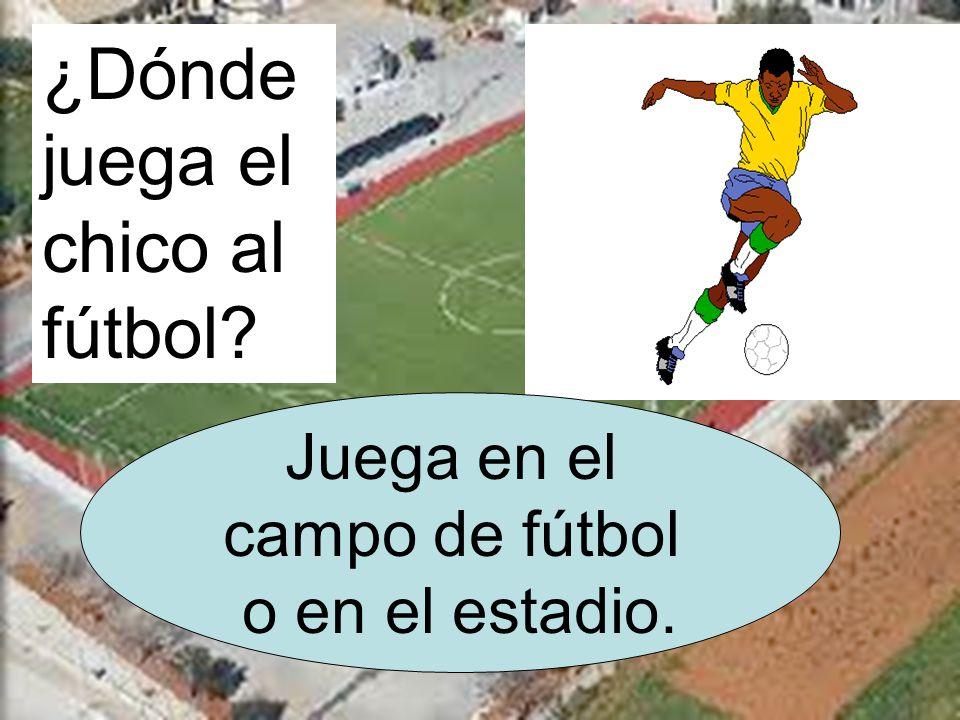 ¿Dónde juega el chico al fútbol Juega en el campo de fútbol o en el estadio.