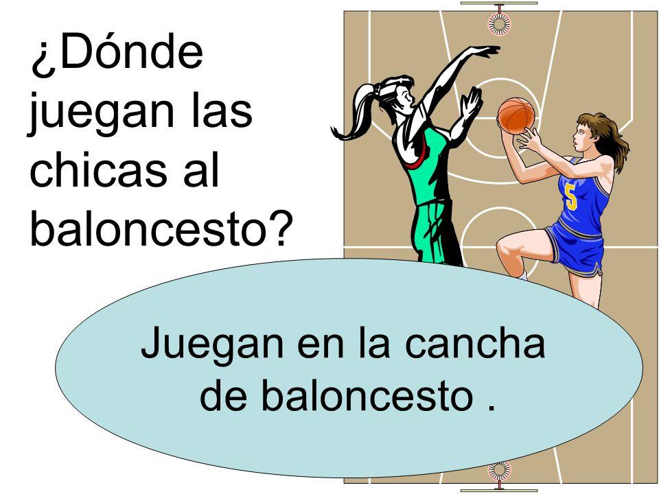 ¿Dónde juegan las chicas al baloncesto Juegan en la cancha de baloncesto.
