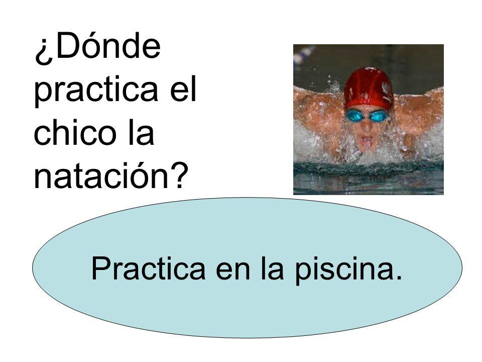 ¿Dónde practica el chico la natación Practica en la piscina.