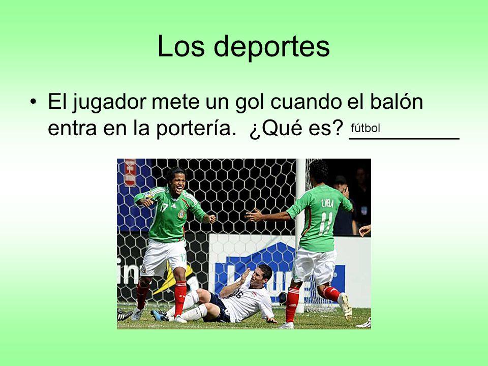 Los deportes El jugador mete un gol cuando el balón entra en la portería. ¿Qué es _________ fútbol