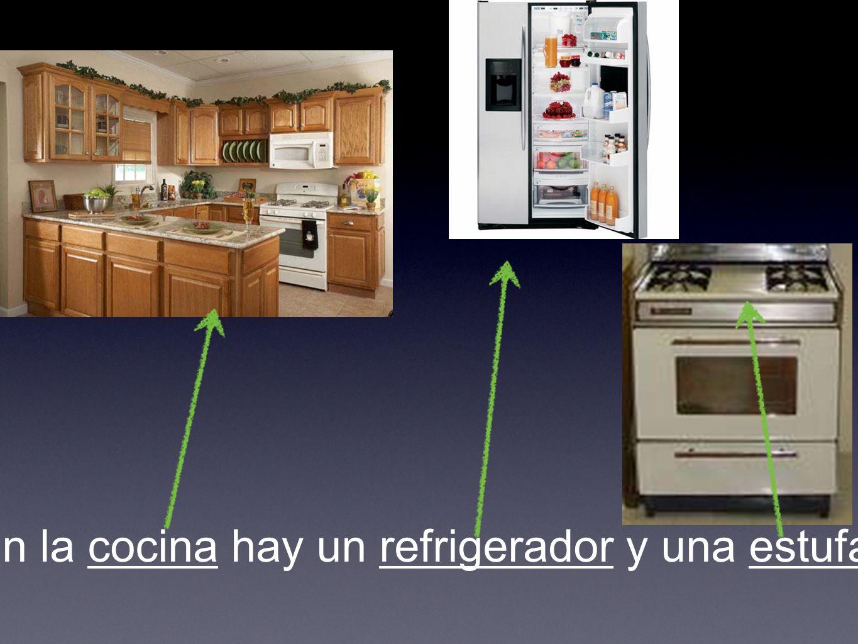 En la cocina hay un refrigerador y una estufa.