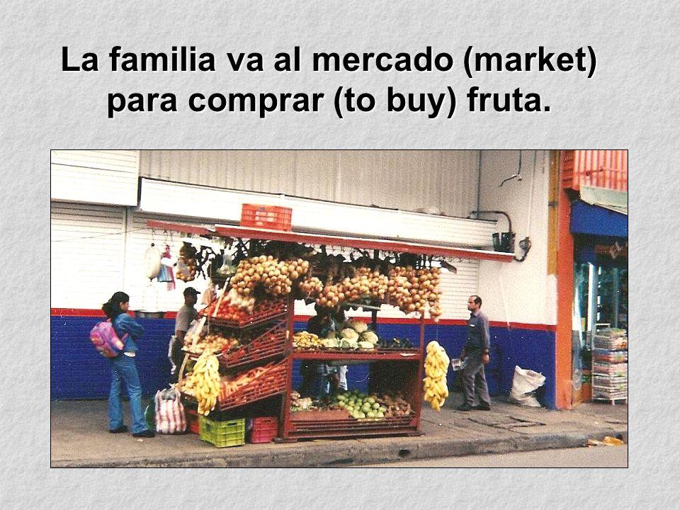 La familia va al mercado (market) para comprar (to buy) fruta.