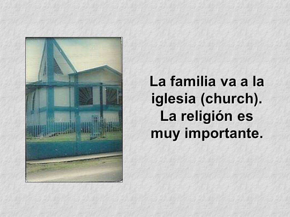 La familia va a la iglesia (church). La religión es muy importante.