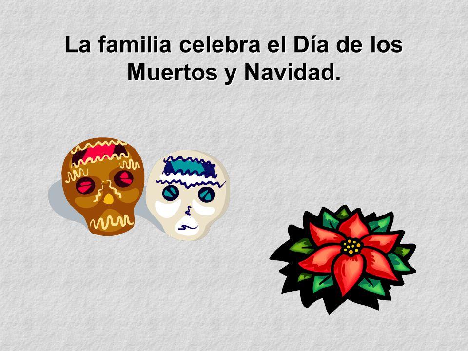 La familia celebra el Día de los Muertos y Navidad.