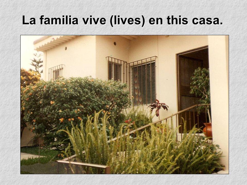 La familia vive (lives) en this casa.