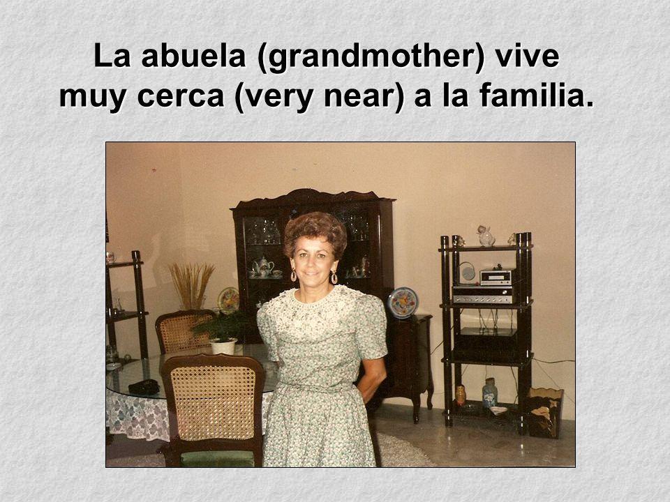 La abuela (grandmother) vive muy cerca (very near) a la familia.