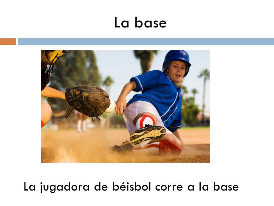 La base La jugadora de béisbol corre a la base
