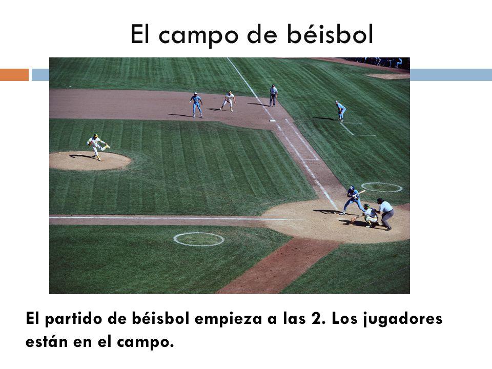 El campo de béisbol El partido de béisbol empieza a las 2. Los jugadores están en el campo.