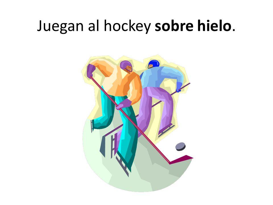 Juegan al hockey sobre hielo.
