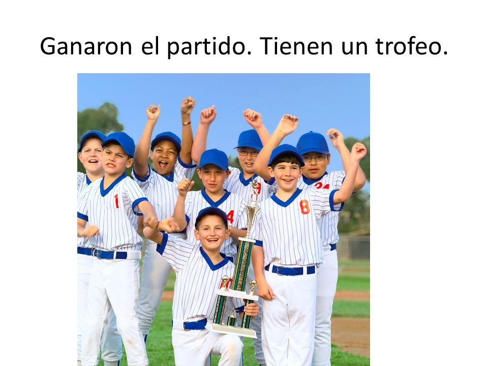 Ganaron el partido. Tienen un trofeo.