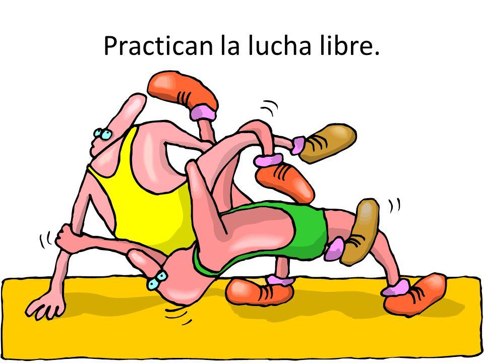 Practican la lucha libre.