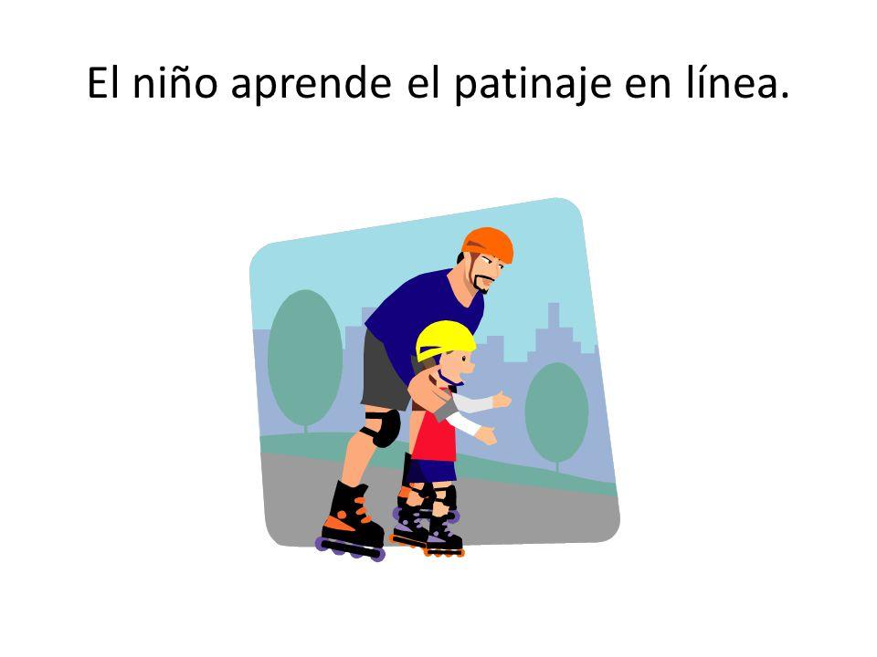 El niño aprende el patinaje en línea.