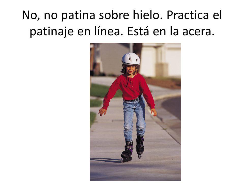No, no patina sobre hielo. Practica el patinaje en línea. Está en la acera.