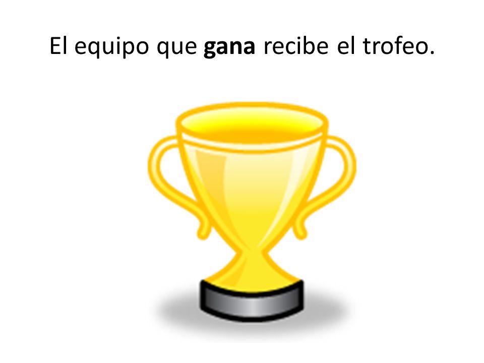 El equipo que gana recibe el trofeo.