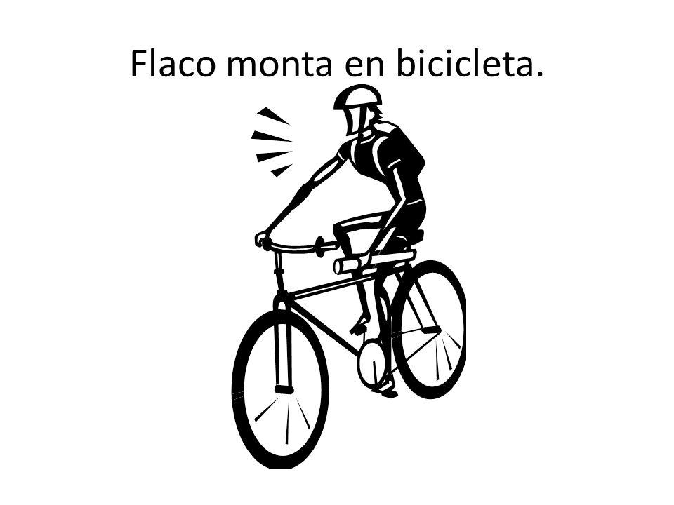Flaco monta en bicicleta.