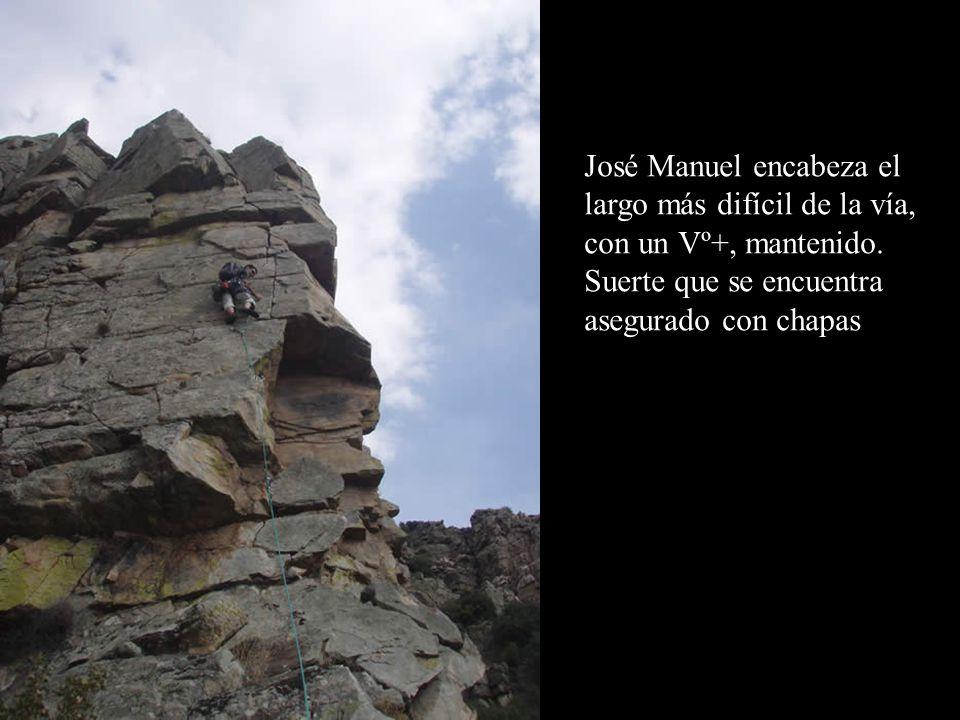 José Manuel encabeza el largo más difícil de la vía, con un Vº+, mantenido.