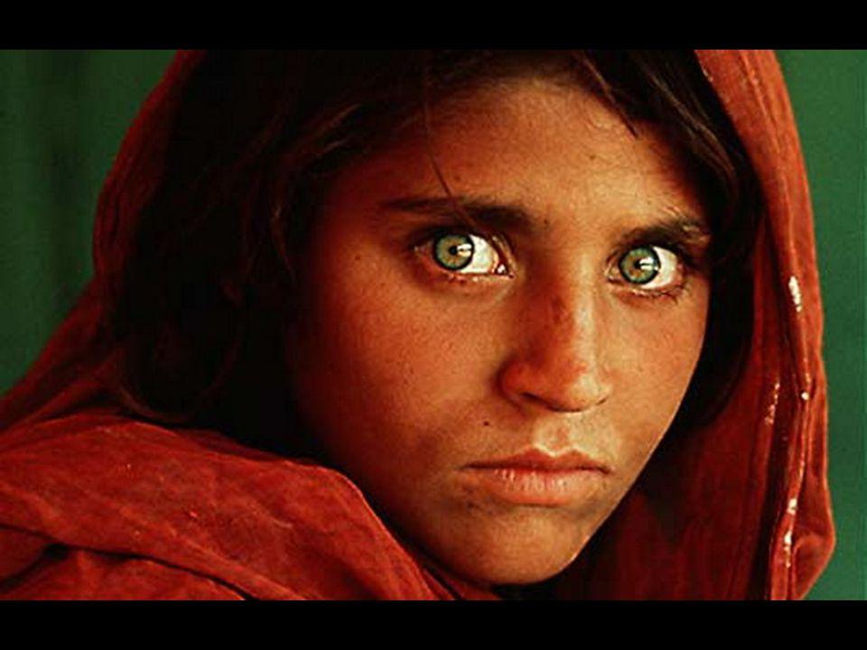 Steve McCurry (24 de febrero de 1950) es un foto periodista estadounidense, mundialmente conocido por ser el autor de la fotografía La niña afgana, aparecida en la revista National Geographic en 1985.