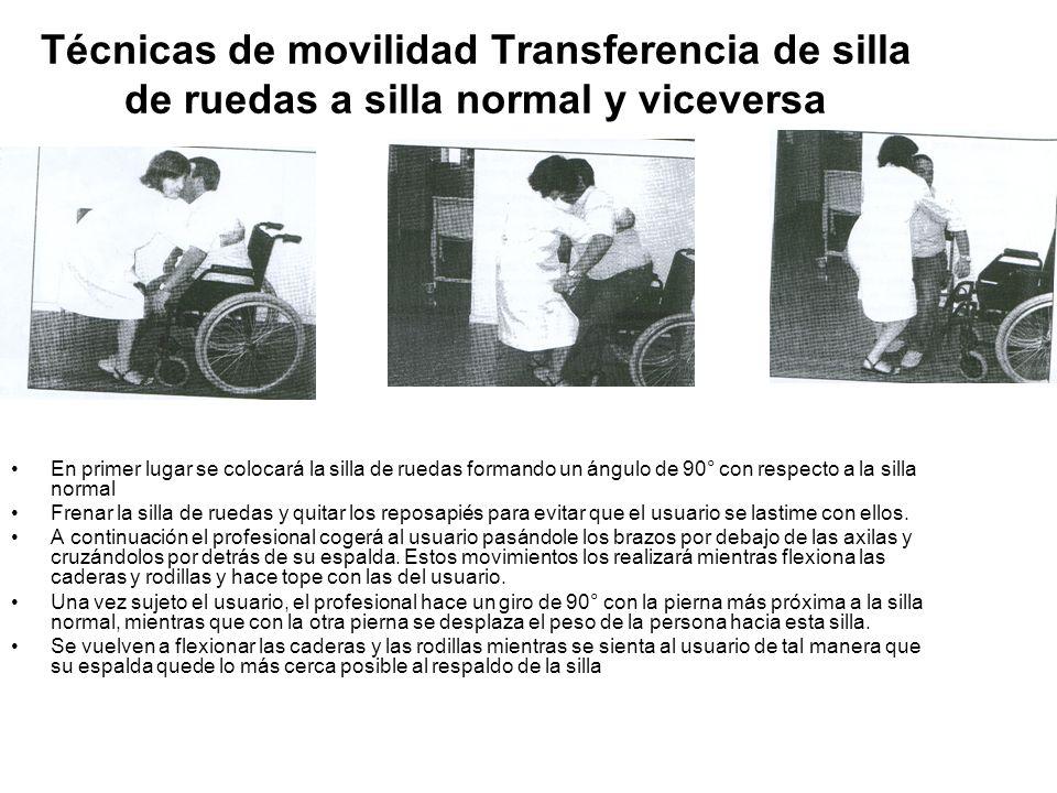 Técnicas de movilidad Transferencia de silla de ruedas a silla normal y viceversa En primer lugar se colocará la silla de ruedas formando un ángulo de 90° con respecto a la silla normal Frenar la silla de ruedas y quitar los reposapiés para evitar que el usuario se lastime con ellos.