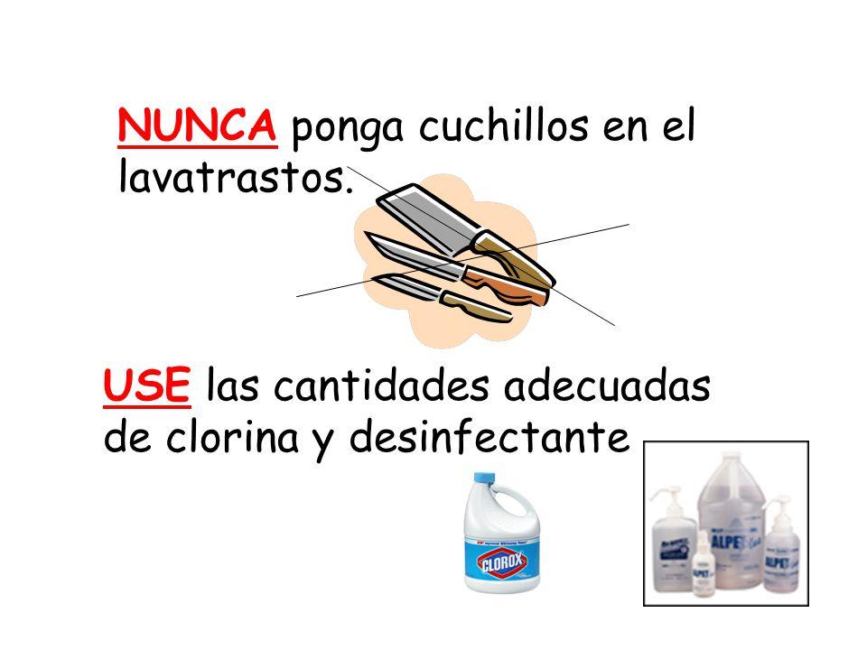 NUNCA ponga cuchillos en el lavatrastos. USE las cantidades adecuadas de clorina y desinfectante