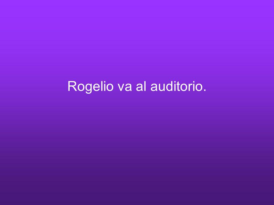 Rogelio va al auditorio.