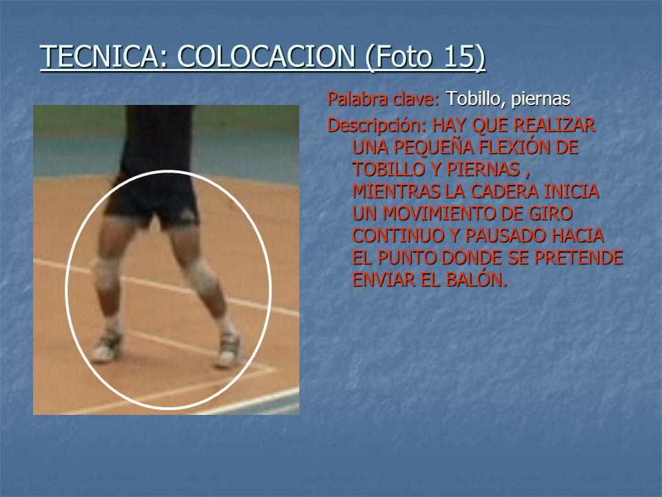 TECNICA: COLOCACION (Foto 15) Palabra clave: Tobillo, piernas Descripción: HAY QUE REALIZAR UNA PEQUEÑA FLEXIÓN DE TOBILLO Y PIERNAS, MIENTRAS LA CADERA INICIA UN MOVIMIENTO DE GIRO CONTINUO Y PAUSADO HACIA EL PUNTO DONDE SE PRETENDE ENVIAR EL BALÓN.