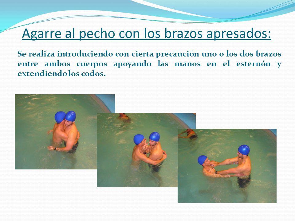 Agarre al pecho con los brazos apresados: Se realiza introduciendo con cierta precaución uno o los dos brazos entre ambos cuerpos apoyando las manos e