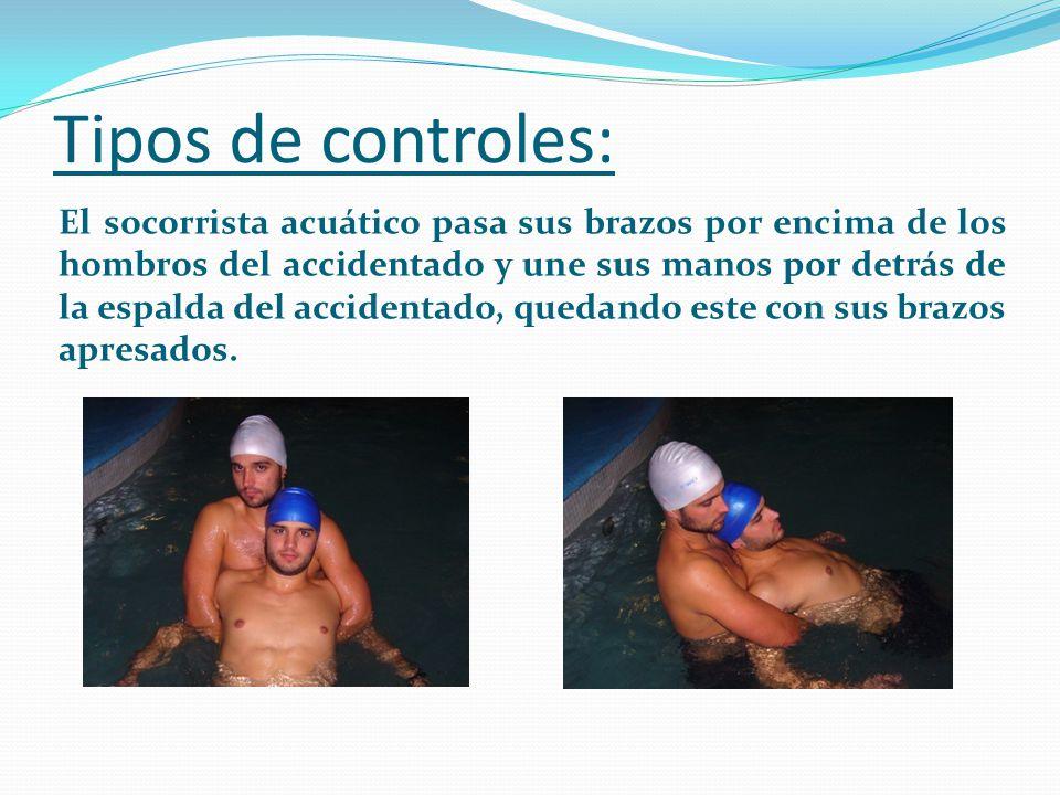 Tipos de controles: El socorrista acuático pasa sus brazos por encima de los hombros del accidentado y une sus manos por detrás de la espalda del acci