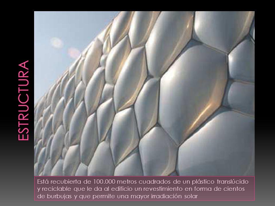 Está recubierta de 100.000 metros cuadrados de un plástico translúcido y reciclable que le da al edificio un revestimiento en forma de cientos de burbujas y que permite una mayor irradiación solar