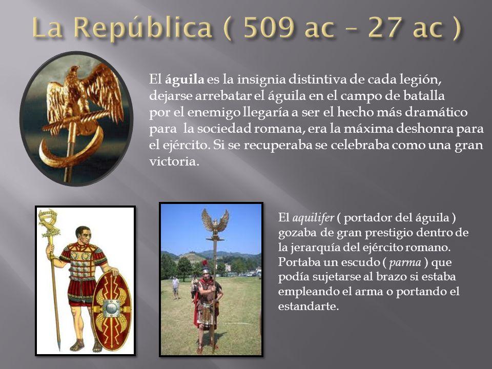 El águila es la insignia distintiva de cada legión, dejarse arrebatar el águila en el campo de batalla por el enemigo llegaría a ser el hecho más dramático para la sociedad romana, era la máxima deshonra para el ejército.