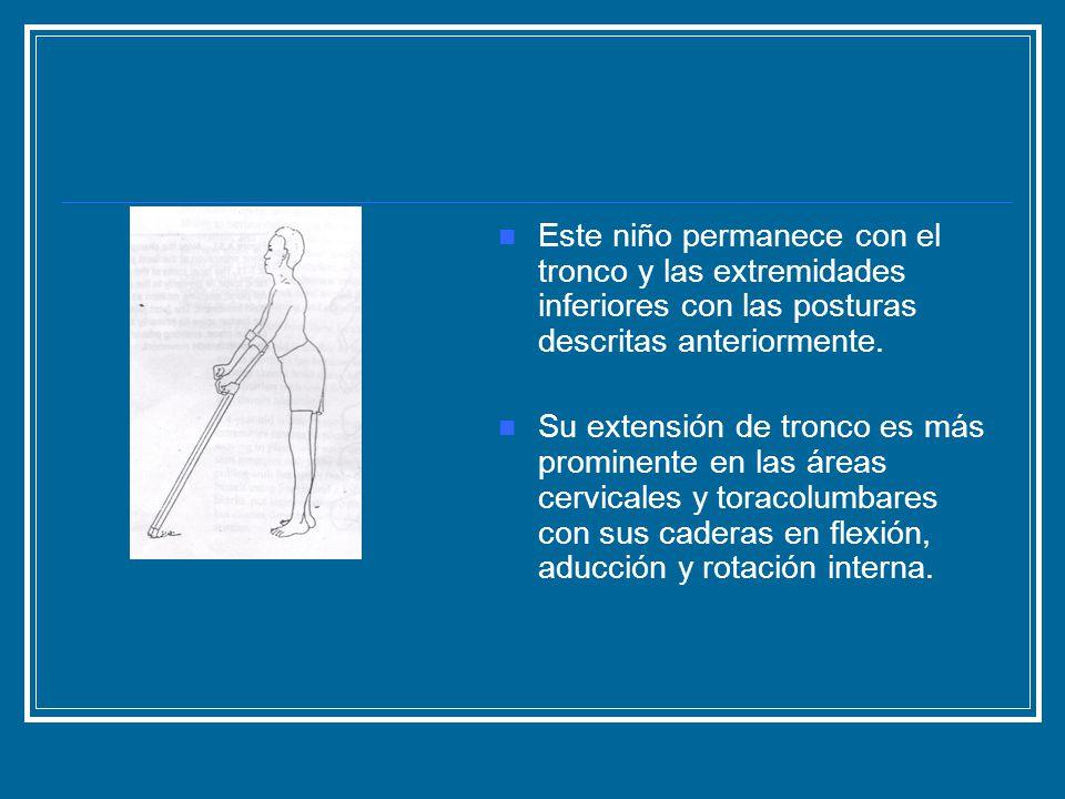 Este niño permanece con el tronco y las extremidades inferiores con las posturas descritas anteriormente. Su extensión de tronco es más prominente en