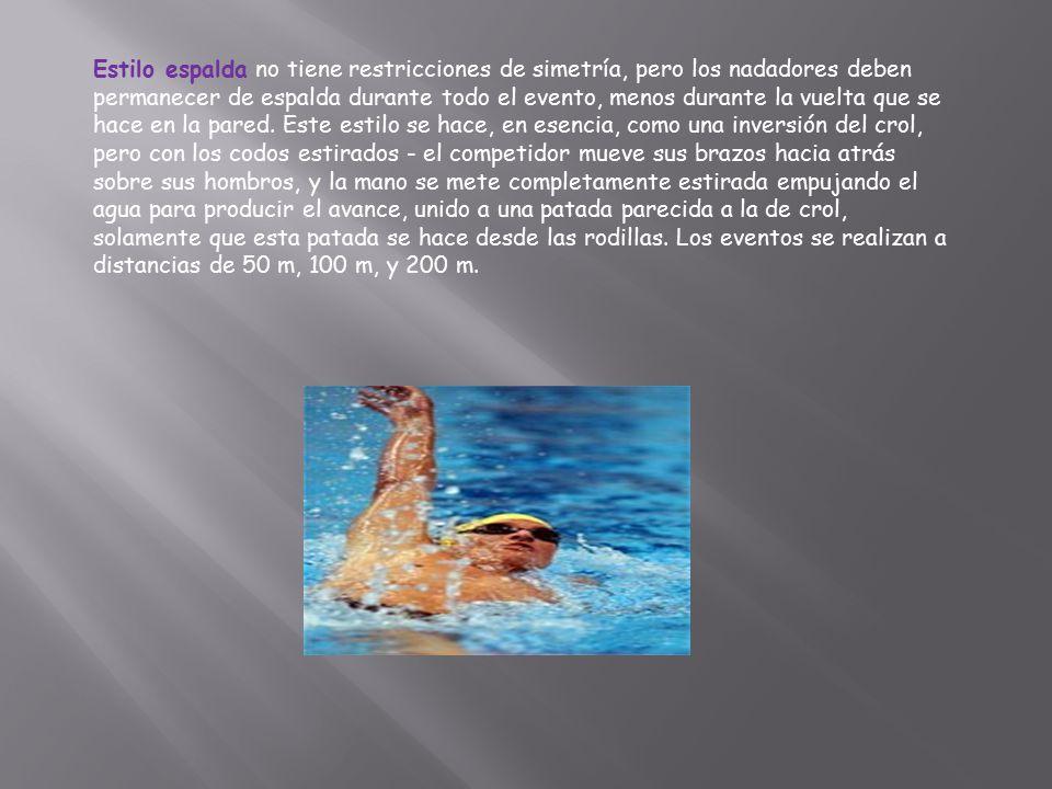 Estilo espalda no tiene restricciones de simetría, pero los nadadores deben permanecer de espalda durante todo el evento, menos durante la vuelta que se hace en la pared.