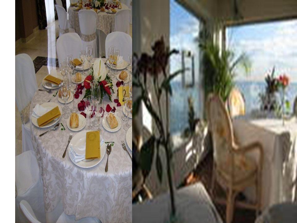 DESAYUNO Cubertería: Tenedor de mesa, cuchillo de mesa, cucharilla Vajilla: Dos platos para pan y mantequilla, taza con plato Cristalería: Copa para agua, vaso para jugo