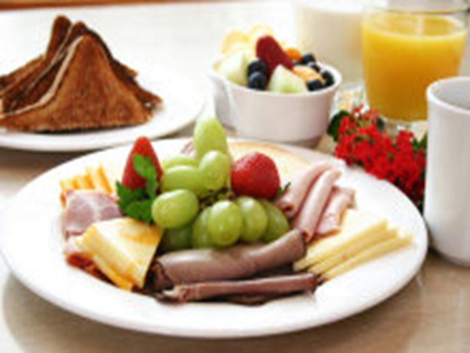ALMUERZO Cubertería: Tenedor para ensalada, tenedor de mesa, cuchillo de mesa o para postre, cucharilla Vajilla: Plato para pan y mantequilla, plato para almuerzo Cristalería: Copa para agua, copa para vino