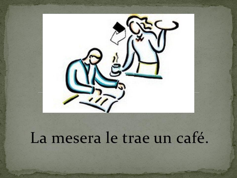 La mesera le trae un café.