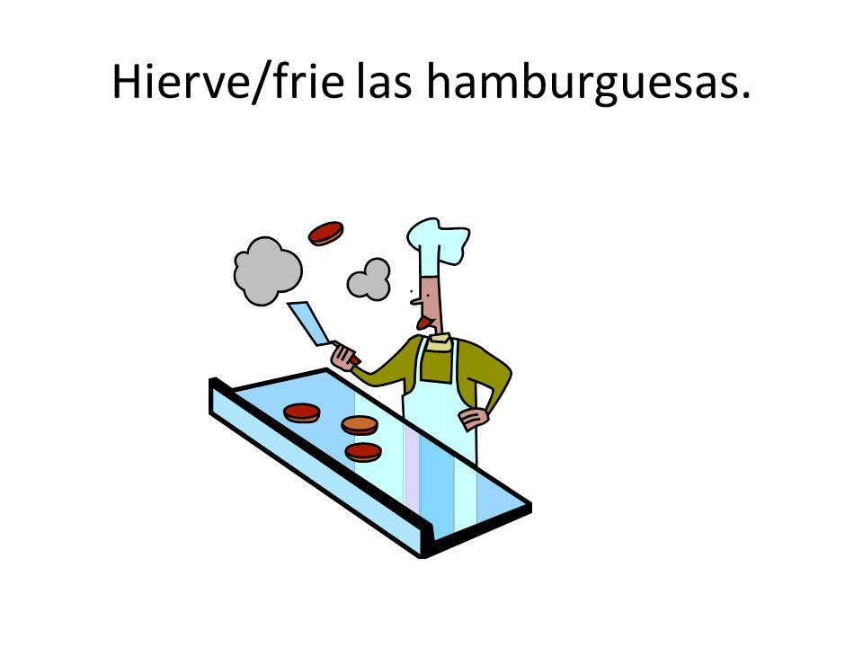 Hierve/frie las hamburguesas.