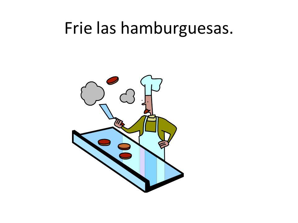 Frie las hamburguesas.