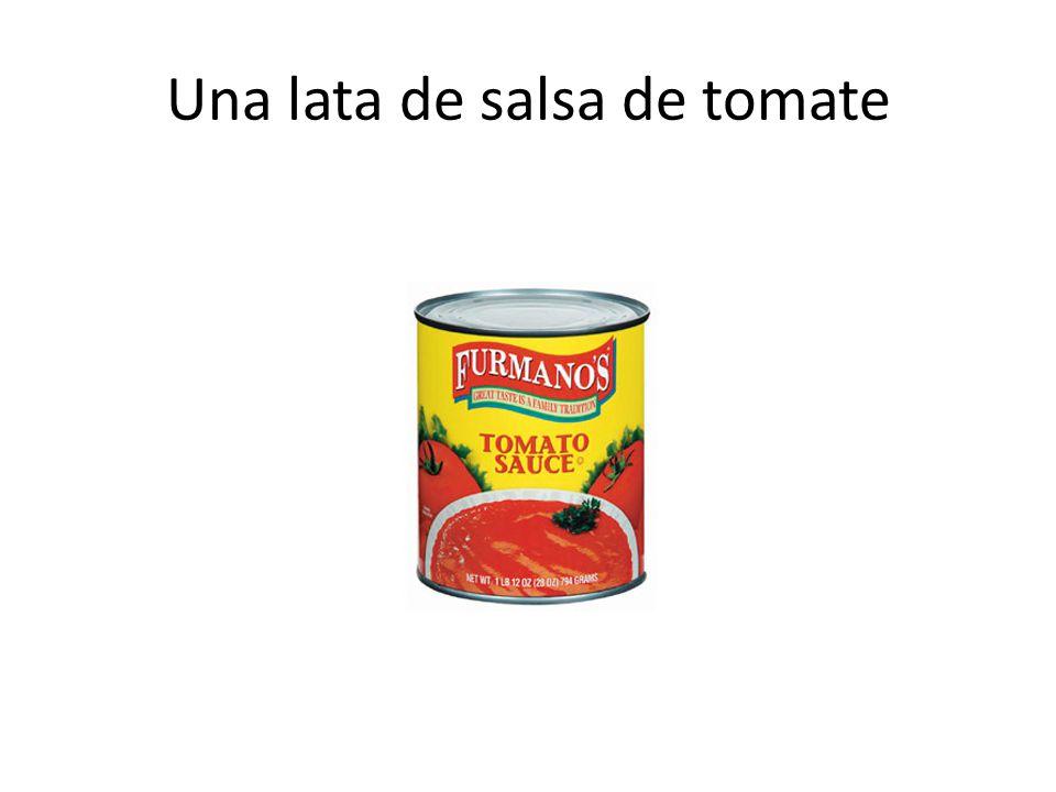 Una lata de salsa de tomate