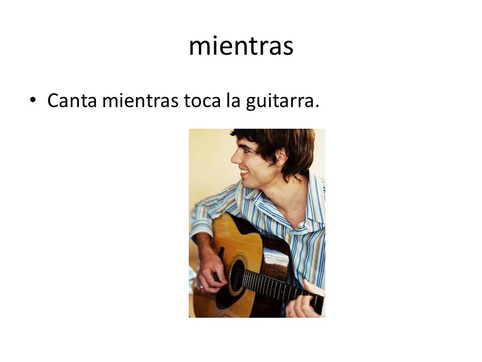 mientras Canta mientras toca la guitarra.