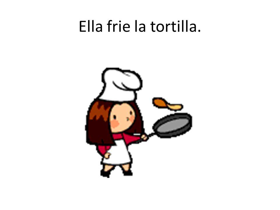 Ella frie la tortilla.