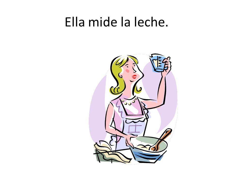 Ella mide la leche.