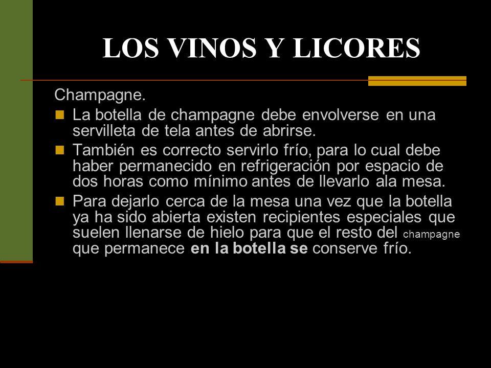 LOS VINOS Y LICORES Vino blanco.