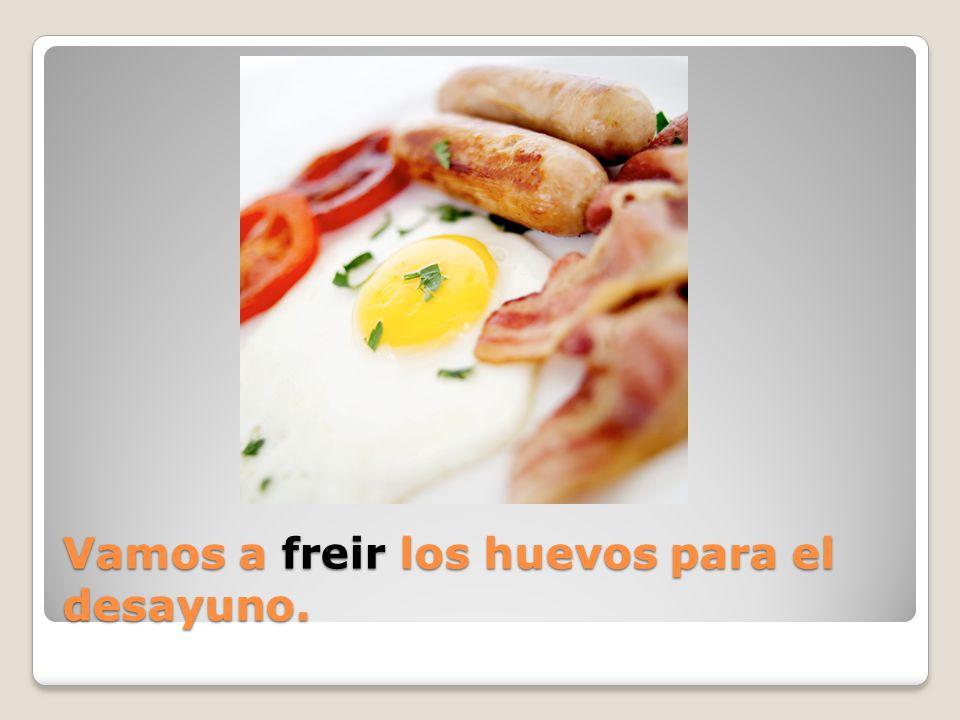 Vamos a ( hervir / freir ) los huevos para el desayuno.