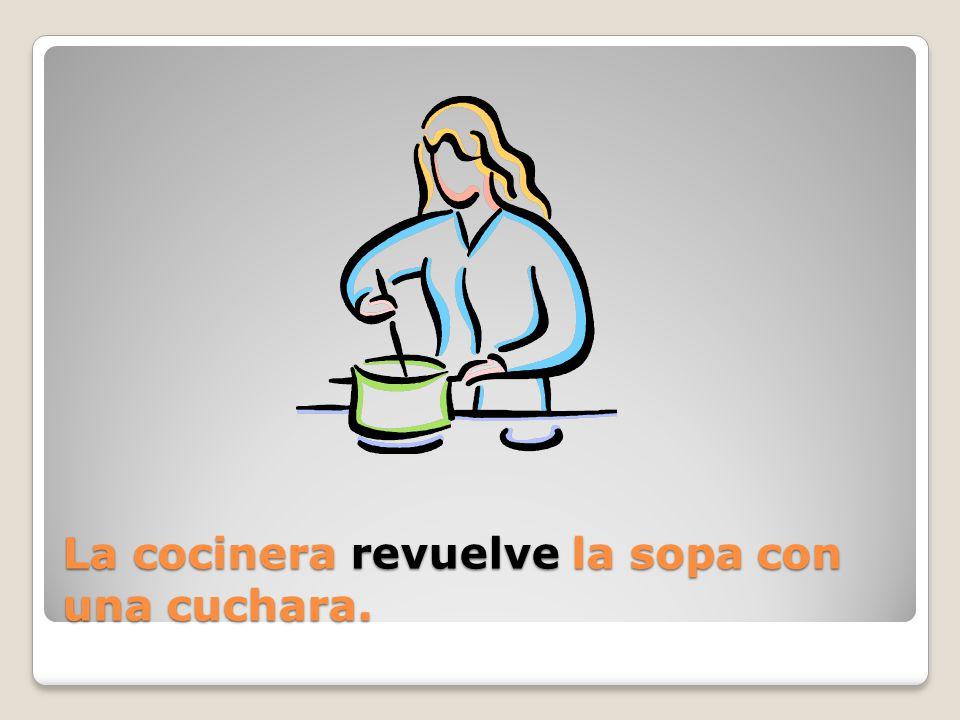 La cocinera ____ la sopa con una cuchara.