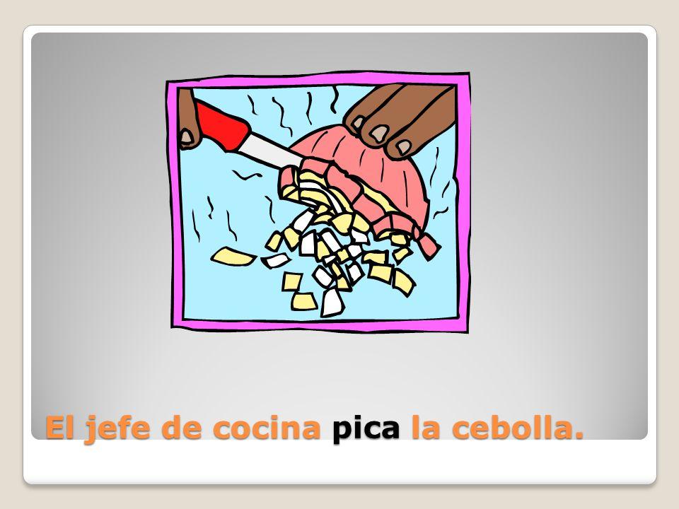 El jefe de cocina ______ la cebolla.