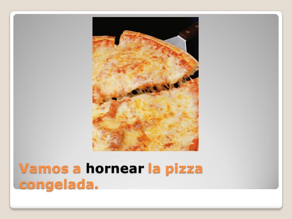 Vamos a hornear la pizza congelada.