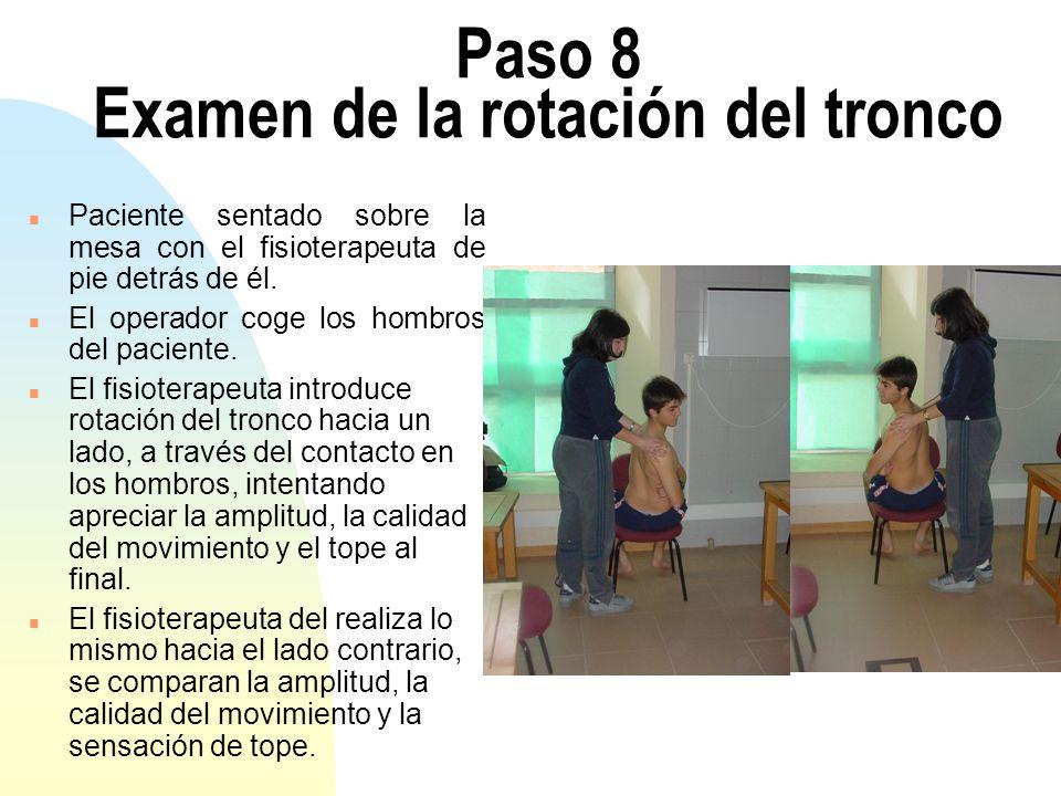 Paso 8 Examen de la rotación del tronco n Paciente sentado sobre la mesa con el fisioterapeuta de pie detrás de él. n El operador coge los hombros del