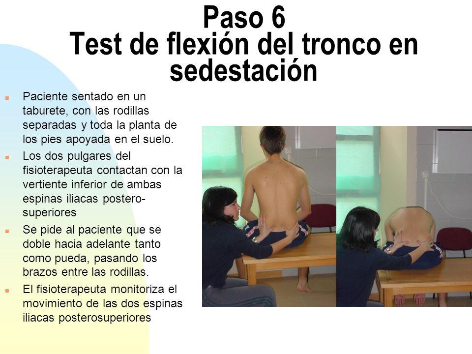 Paso 6 Test de flexión del tronco en sedestación n Paciente sentado en un taburete, con las rodillas separadas y toda la planta de los pies apoyada en el suelo.