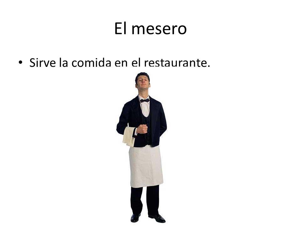 El mesero Sirve la comida en el restaurante.